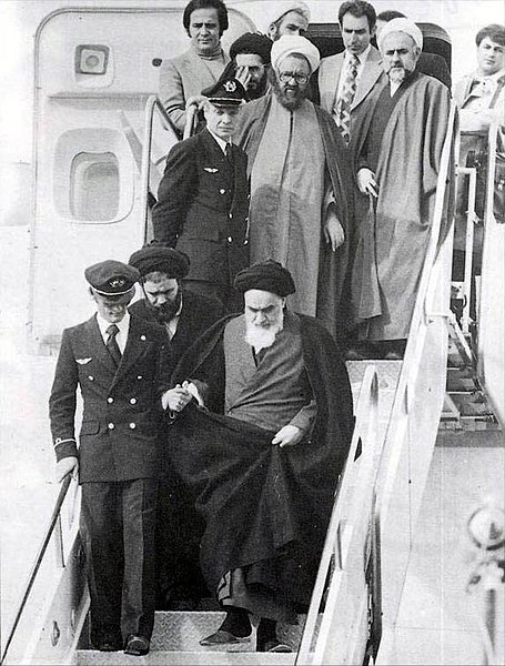 Archivo:Imam Khomeini in Mehrabad.jpg