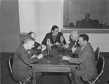 Le 22 février 1945, trois microphones sont posés sur la table des participants de l'émission de Radio-Canada Le Mot S.V.P., animée par Roger Baulu.