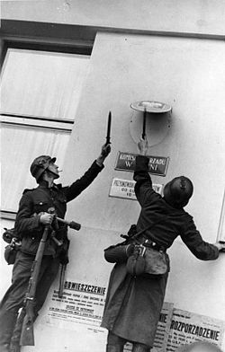 Niszczenie przez żołnierzy Wehrmachtu godła Rzeczypospolitej na budynku Komisariatu Rządu RP w Gdyni