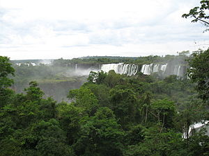 English: Iguazu Falls, view from the Argentine...
