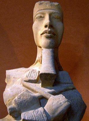 Español: Fotografía de una estatua de Akenatón...
