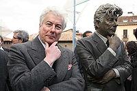 Ken Follett junto a su estatua en Vitoria-Gasteiz.