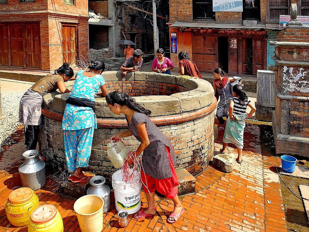 https://i2.wp.com/upload.wikimedia.org/wikipedia/commons/thumb/0/0c/Bhaktapur_Puits.JPG/1024px-Bhaktapur_Puits.JPG
