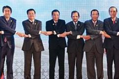 Duterte joins other ASEAN heads of states, holding hands as a symbol of unity in Vientiane, Laos, September 7, 2016