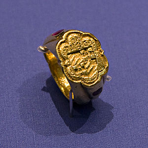 Medieval gold signet ring from England, with a...