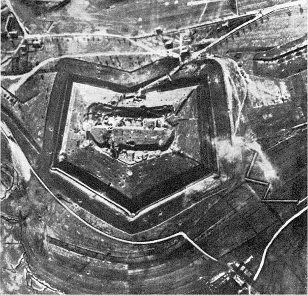 File:Fort Douaumont Anfang 1916.jpg