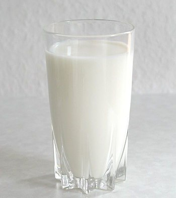 A glass of milk Français : Un verre de lait