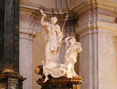 "Escultura de Gustaf Vasakyrkan em Estocolmo ""Os santos triunfam sobre a heresia""."