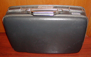 English: Plastic suitcase Deutsch: Schwarzer K...
