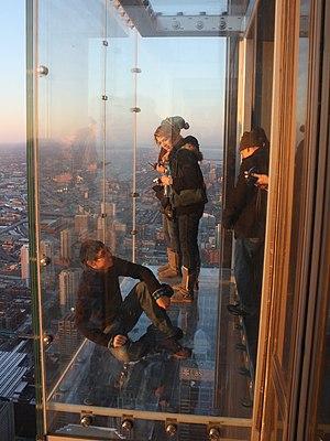 Vom Glasbalkon auf dem Skydeck des Willis Towers in Chicago auf die Metropole von Illinois herunterschauen (Photo: Wikipedia)
