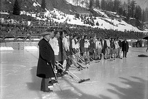 The Canadian and Swedish ice hockey teams stan...