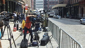 English: The cameras and reporters assembled o...