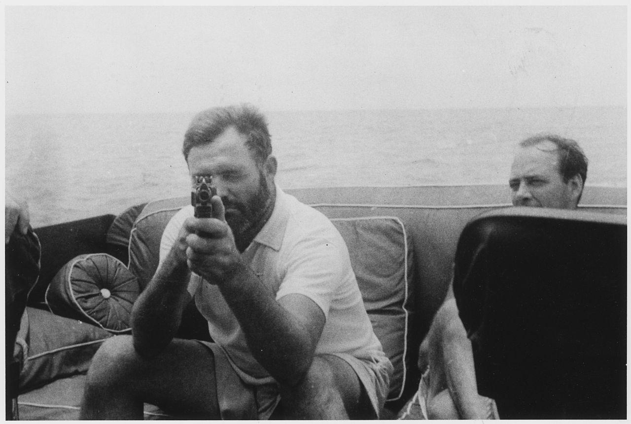 Hemingway en su bote llamado Pilar