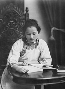 Soong Ching Ling 1920 shanghai.jpg