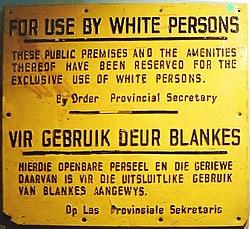 Cartaz sobre a política de segregação da África do Sul
