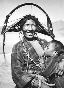 Bundesarchiv Bild 135-KB-12-087, Tibetexpedition, Tibeterin in Tracht mit Kind