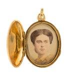 Berlock med fotografiporträtt av Wilhelmina Kempe, 1865 - Hallwylska museet - 110564
