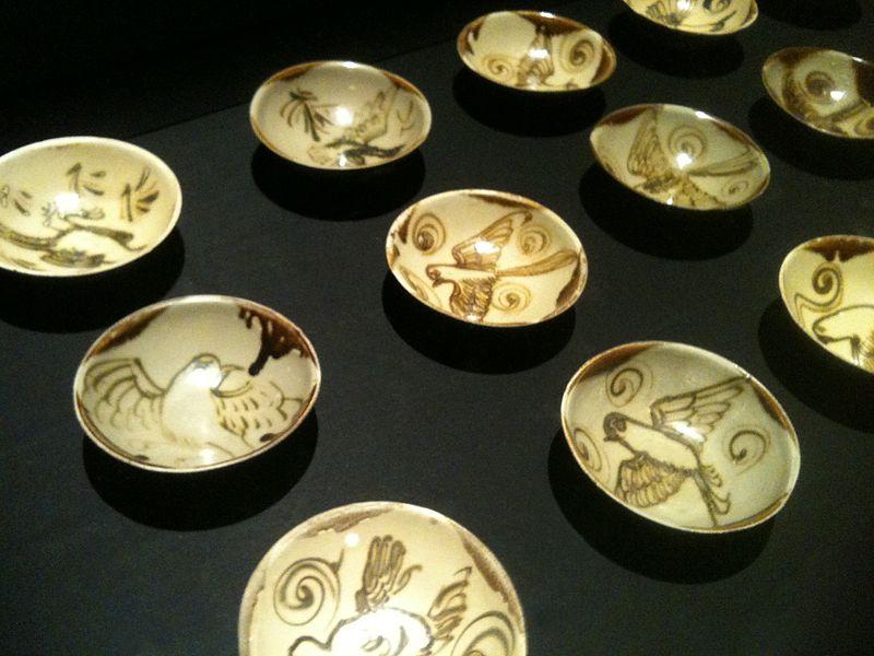 File:Changsha bowls from the Belitung shipwreck, ArtScience Museum, Singapore - 20110319-01.jpg
