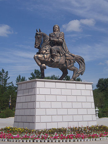 English: Genghis Khan statue before his Mausol...