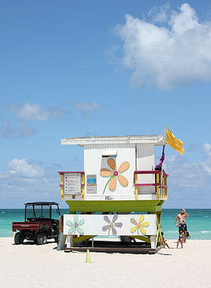 English: Lifeguard tower and vehicle in Miami ...