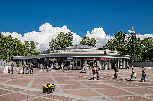 Park Pobedy station of Saint Petersburg Metro (photo by Florstein, via Wikimedia Commons)