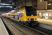 Ein InterCity in Utrecht. Die grelle Farbe fällt UrlauberInnen aus deutschsprachigen Ländern sofort auf.
