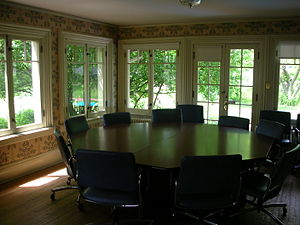 English: The octagonal discussion table in the...
