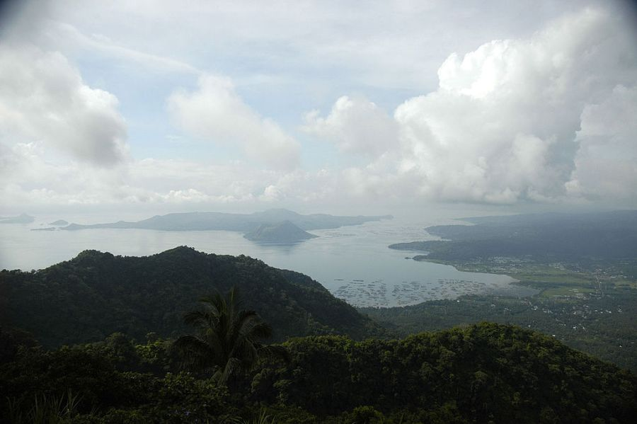 A view of Tagaytay lake from an elevated terrain.  Photo by Yournecs.