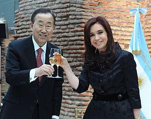 Español: La Presidenta brinda con el secretari...