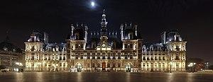 Paris' city hall (hôtel de ville) at night.