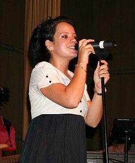 Lily Allen tijdens een optreden in Warschau
