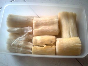 English: Singkong kukus or steamed cassava (Ma...