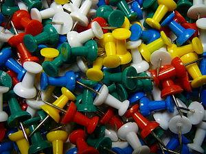 Box of thumbtacks / Box of push pins