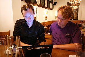 Svenska: Julian Assange och Rick Falkvinge skr...