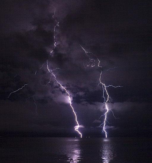 Phatman - Lightning on the Columbia River (by-sa)