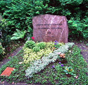 English: The grave of Grethe Weiser and her hu...