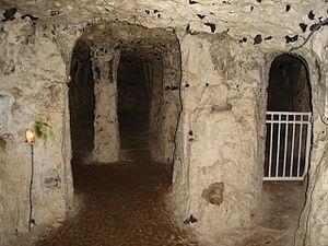 Français : La chapelle (nef centrale) - Grotte...