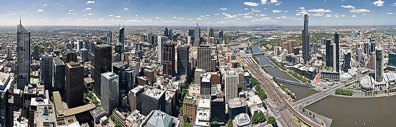 Imagen panorámica ~180 grados de Hoddle Grid de Melbourne (distrito financiero) y Southbank en la derecha, visto desde la Plataforma de Observación de Rialto