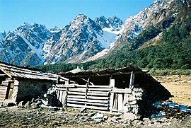 Himalaya, yang memanjang dari Jammu dan Kashmir di utara hingga Arunachal Pradesh di timur jauh, membentuk hampir seluruh perbatasan India di timur