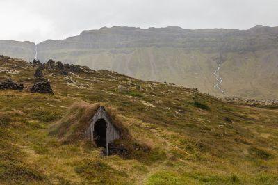 File:Cabaña subterránea en la región de Búðahraun ...