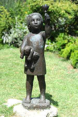 English: Sculpture by Ursula Malbin in the Hai...