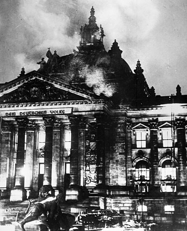 https://i2.wp.com/upload.wikimedia.org/wikipedia/commons/thumb/2/20/Reichstagsbrand.jpg/374px-Reichstagsbrand.jpg