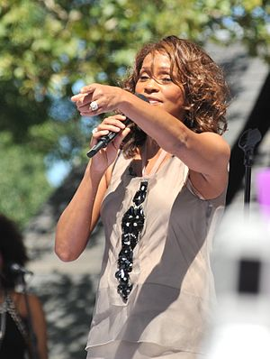 English: American singer Whitney Houston perfo...