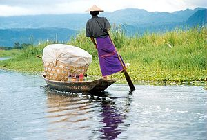 English: Leg rowing, Inle Lake, Burma. עברית: ...