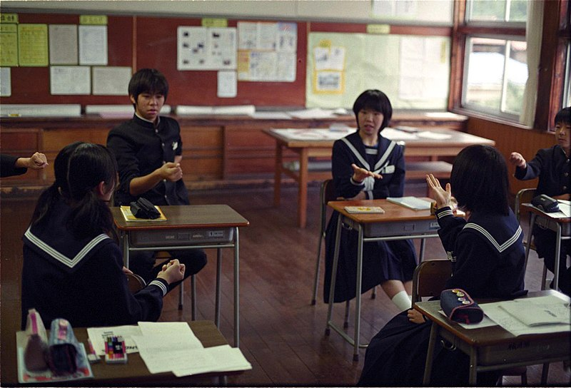 https://i2.wp.com/upload.wikimedia.org/wikipedia/commons/thumb/2/23/Playing_janken_-_school_in_Japan.jpg/800px-Playing_janken_-_school_in_Japan.jpg