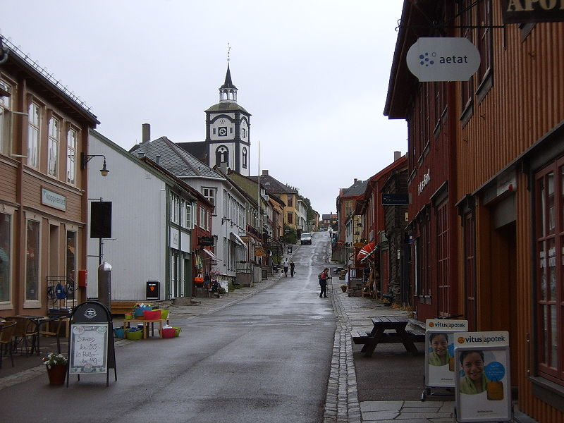 Hovedgata i Røros sentrum, med den ikoniske kirken til venstre.