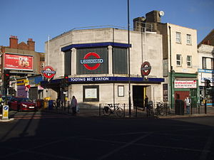 English: Tooting Bec tube station western entrance