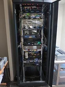 exemple de baie informatique avec serveur routeurs commutateur reseau panneaux de brassage connectique rj45 onduleurs bandeau electrique