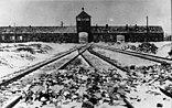 Ein Mahnbild des Holocaust: KZ Auschwitz-Birkenau, Blick von innen auf die Haupteinfahrt; kurz nach der Befreiung durch die Rote Armee 1945
