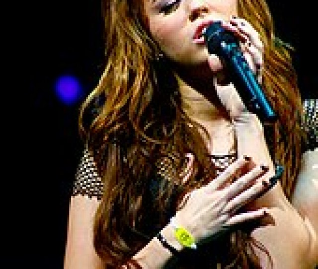 Cyrus Performs At Auburn Hills During The Wonder World Tour